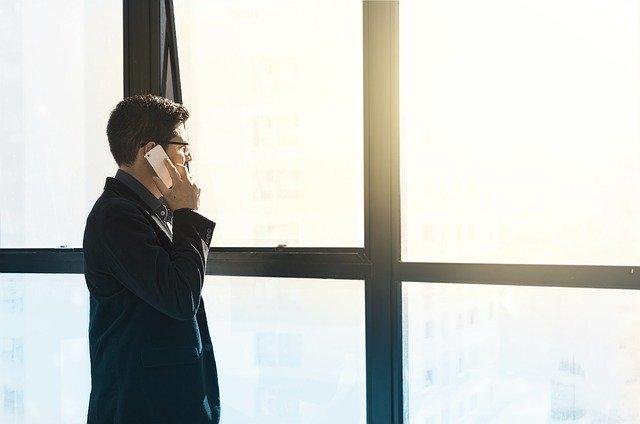 telefonující muž