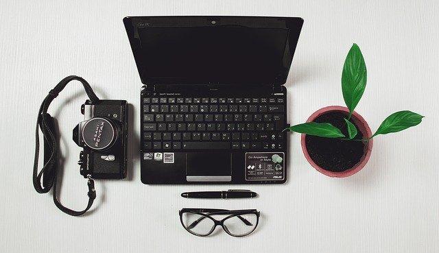minimalistický pracovní stůl
